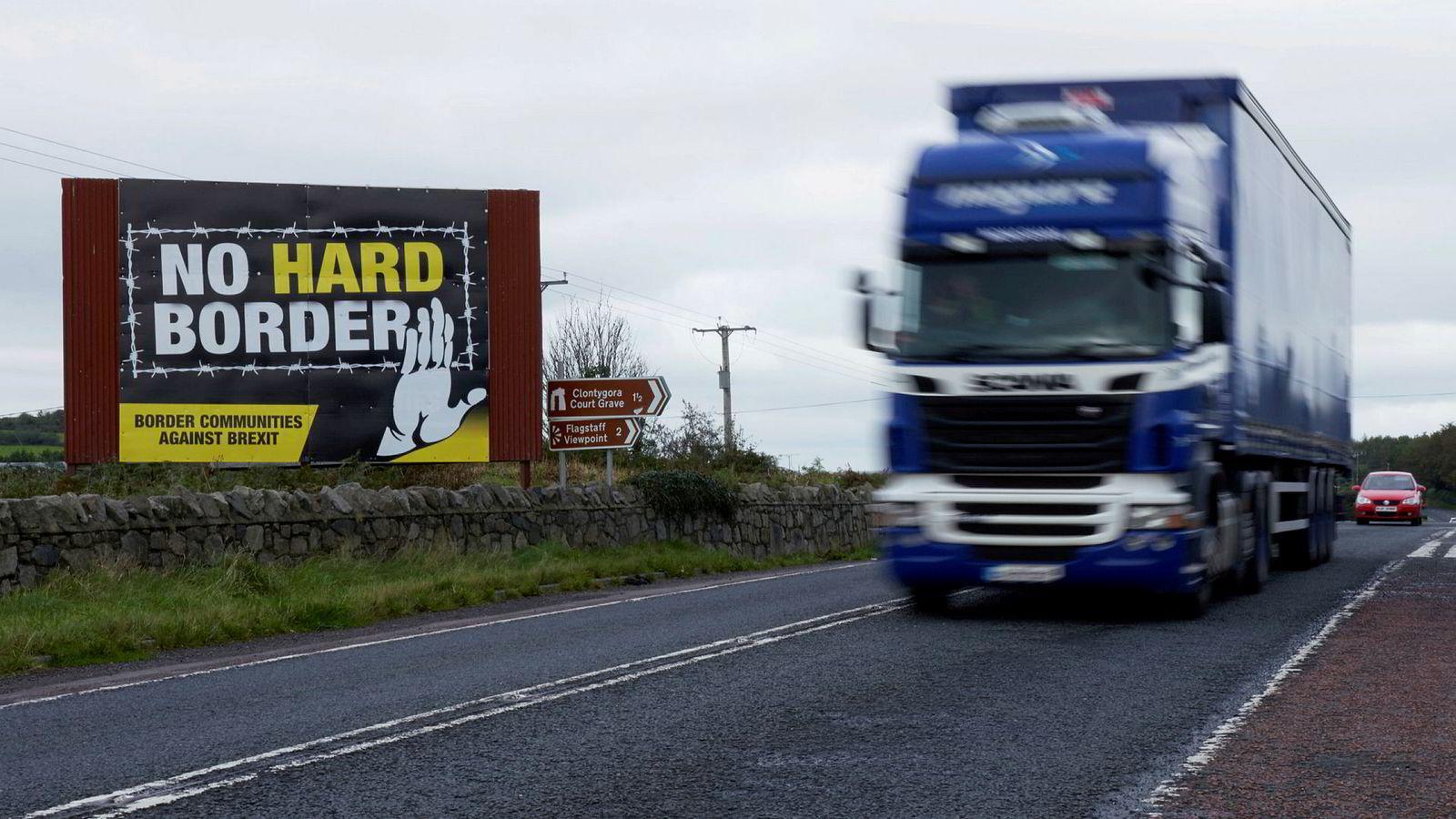 Grensen mellom Irland og Nord-Irland skal forbli usynlig, foreslår Storbritannia. Det hjelper lite, så lenge det er en grense, innvender EU og irske politikere.