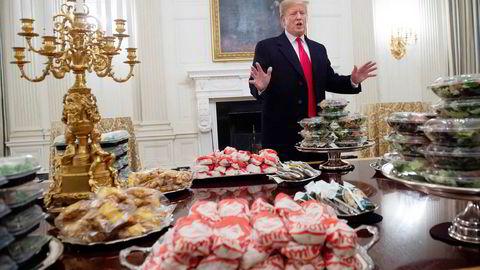 DET ER SERVERT. Uvanlig meny i Det hvite hus, der president Donald Trump trakterte et fotballag med hamburgers og pizza – anrettet på sølvfat i skjæret av president-residensens forgylte kandelabre.
