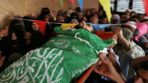 Sørgende bærer kroppen til Mohammed Dwedar, en 27 år gammel palestiner drept av israelske soldater ved grensen til Gaza i forbindelse med protester mot USAs ambassade i Jerusalem. Foto: MOHAMMED ABED