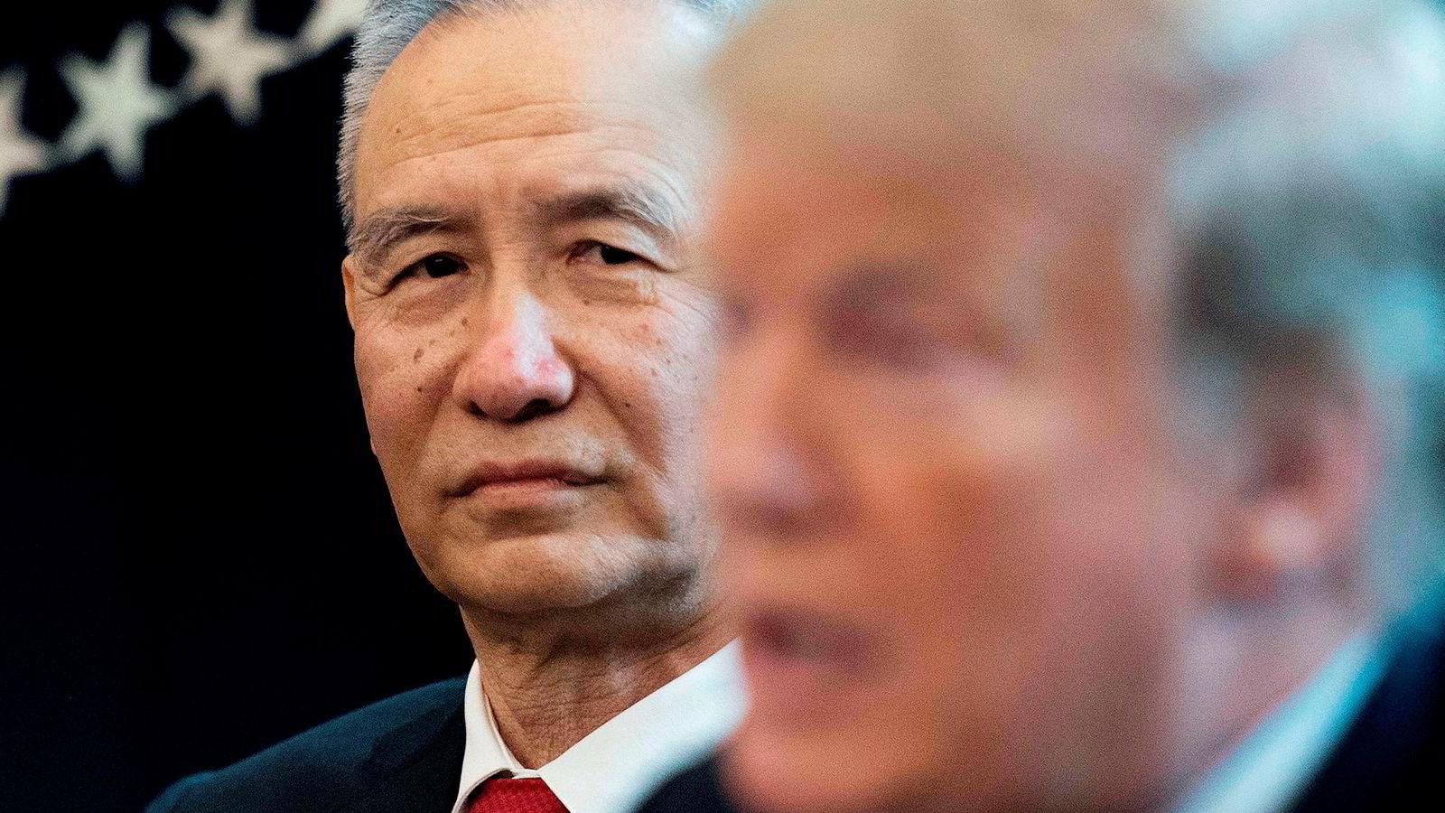 Kinas visestatsminister Lie He er sammen med en kinesisk delegasjon på besøk i USA for å forhandle frem en løsning på handelsavtalen. Her fra et besøk hos USAs president Donald Trump i det ovale kontor i Det hvite hus.