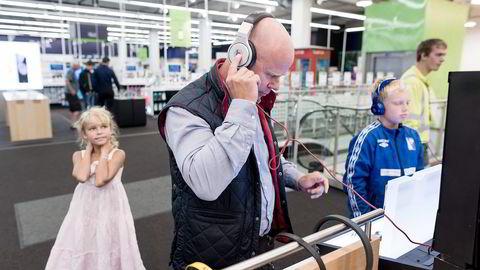 Pappa Per Fält er svak for gadgets og koser seg sammen med barna Scott (11) og Stella (8) når han er på et elektronikkvarehus. – Vi er gode kunder, sier han mens han tester øretelefoner. Foto: