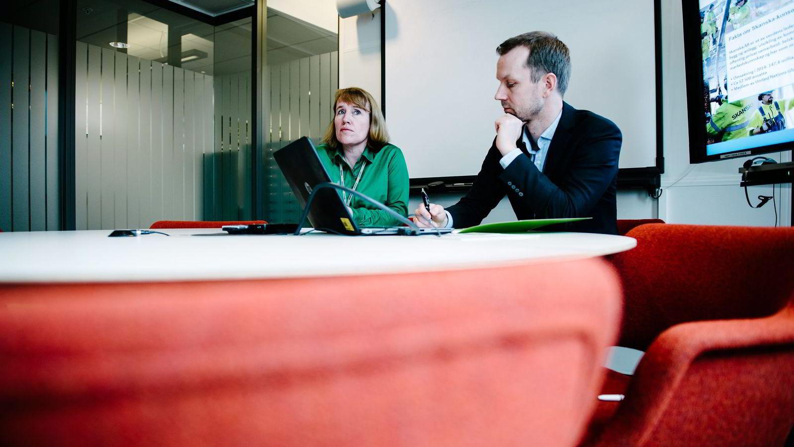 I det norske hovedkontoret til entreprenøren Skanska har Tone Nakstad som er konserndirektør for virksomhetsutvikling og rekrutteringssjef Christian Scheen gjort seg klar til jobbintervju med en kandidat fra oljenæringen.