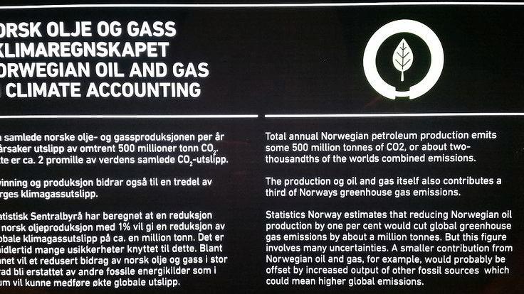 FAKTAFEIL. Verdens årlige utslipp er på 36.000 millioner tonn. Dermed blir det norske bidraget 1,5 prosent, ikke to promille, påpeker Ciceroforsker Glen Peters. Bilde av plakaten på utstillingen.