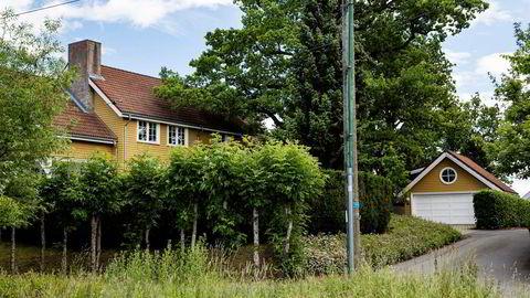 Kristian Røkke har kjøpt eiendommen Strandveien 18A (gult hus) Foto: Fredrik Bjerknes
