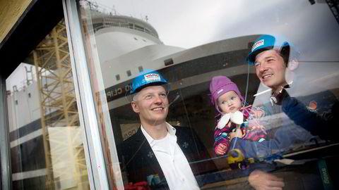 Administrerende direktør Øystein K. Sæther (til venstre) og teknisk direktør Andreas Buskop – med datteren Frida på armen – merker at det er enklere å få kvalifiserte søkere til Vard Engineering. Foto: Tomm W. Christiansen