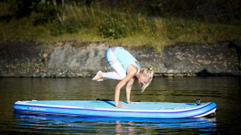 BALANSEKUNST: Yogainstruktør Vibeke Klemetsen gjør yoga på SUP-brett.
