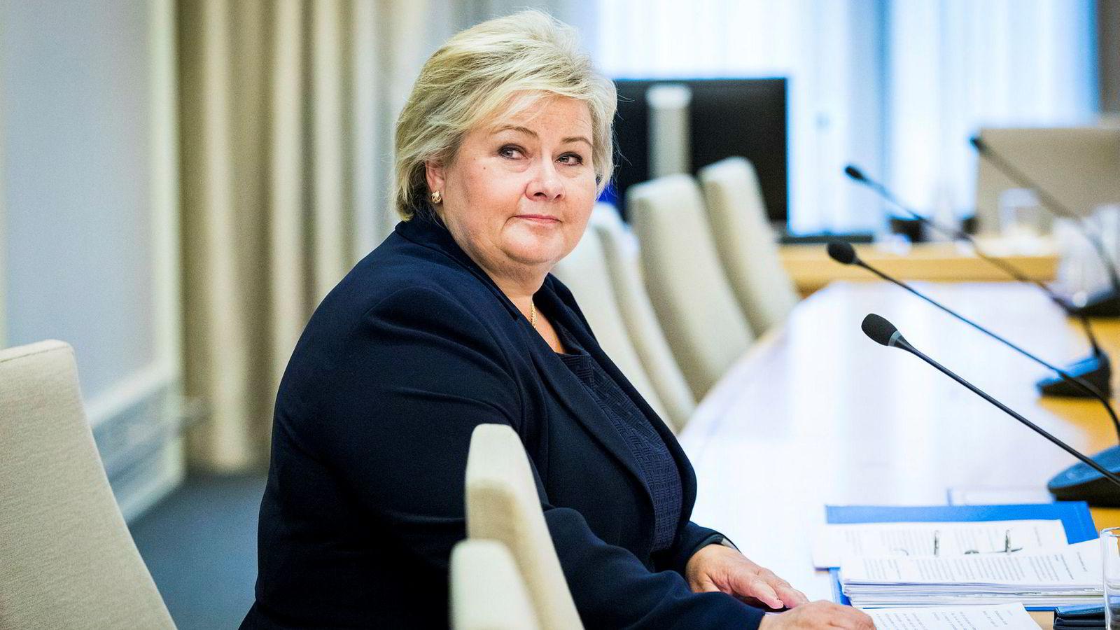 Statsminister Erna Solberg var til stede under forrige høring sammen med en rekke andre nåværende og tidligere medlemmer av regjeringen.