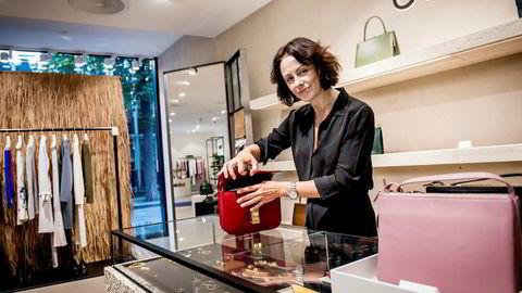 Butikksjef for luksusbutikken Vincci, Silje Chantel Johnsen, viser en veske av merket Céline. Vesken selges kun over disk. Merkevareeieren tillater ikke nettsalg av sine varer slik at kundene må komme til butikken for å handle.