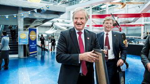 Norwegian-sjef Bjørn Kjos (fra venstre) og styreleder Bjørn H. Kise fikk en stor gevinst i fjor på utlån av aksjer til investorer som vil spekulere i kursfall. Her er de to på et flyshow i Paris i 2015. Foto: Klaudia Lech