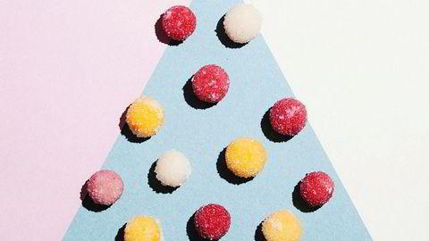 Rødt, hvitt og gult. Fruktpulver som knas inn i marsipanen gir finere farger. Bringebær for røde kuler og pasjonsfrukt for gule.