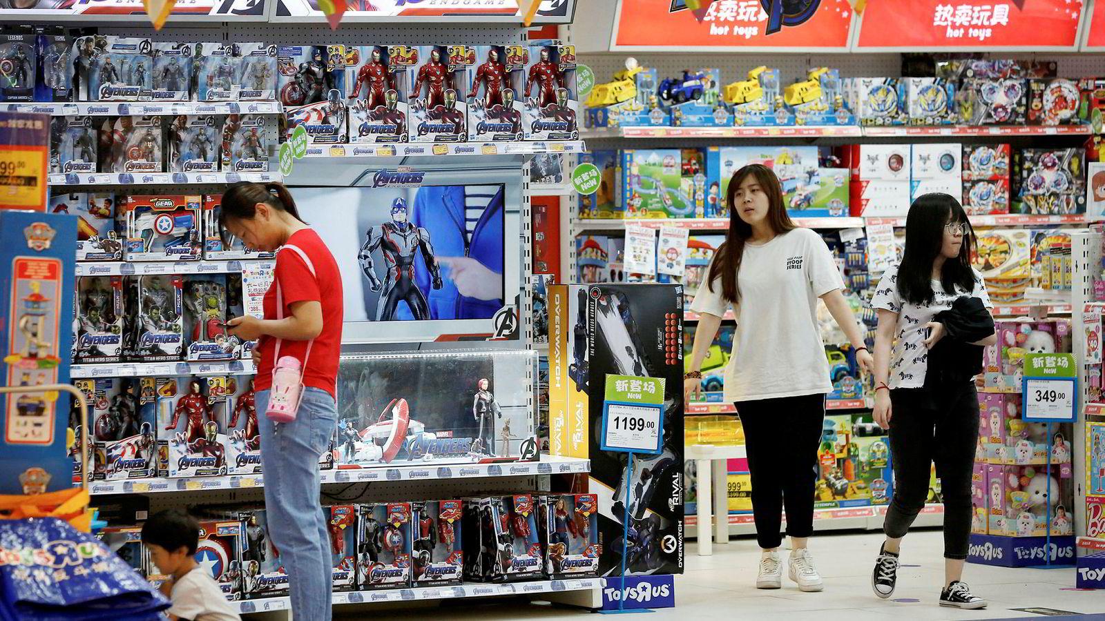 Uforutsigbarhet fra blant annet USA gjør at internasjonale selskaper er forsiktige med å ekspandere. Den økonomiske veksten for verdensøkonomien nedjusteres fra 2,6 til 2,3 prosent for 2019. Dette er den svakeste veksten siden 2016. Her fra en lekebutikk i Bejing, Kina.