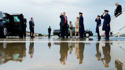 President Donald Trump er i krigshumør. Her ankommer han Andrews Air Force Base utenfor Washington mandag sammen med førstedamen Melania Trump, etter en golfweekend på Trump National Golf Club i Bedminster, New Jersey.