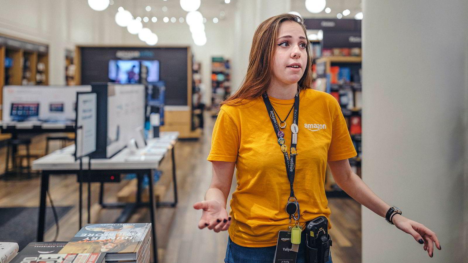 Yuliya er butikkansatt hos Amazon Books nær 5th Avenue på Manhattan i New York. Hun selger bare bøker som kundene har rangert med minst fire av fem stjerner på nettet og tror butikkmodellen er spesielt populær hos unge.