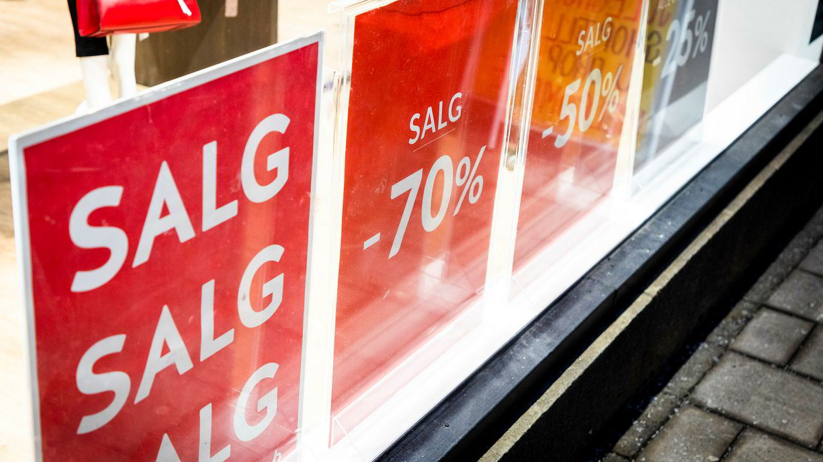 Salg, salg, salg! Det er tøffe tider i klesbransjen.