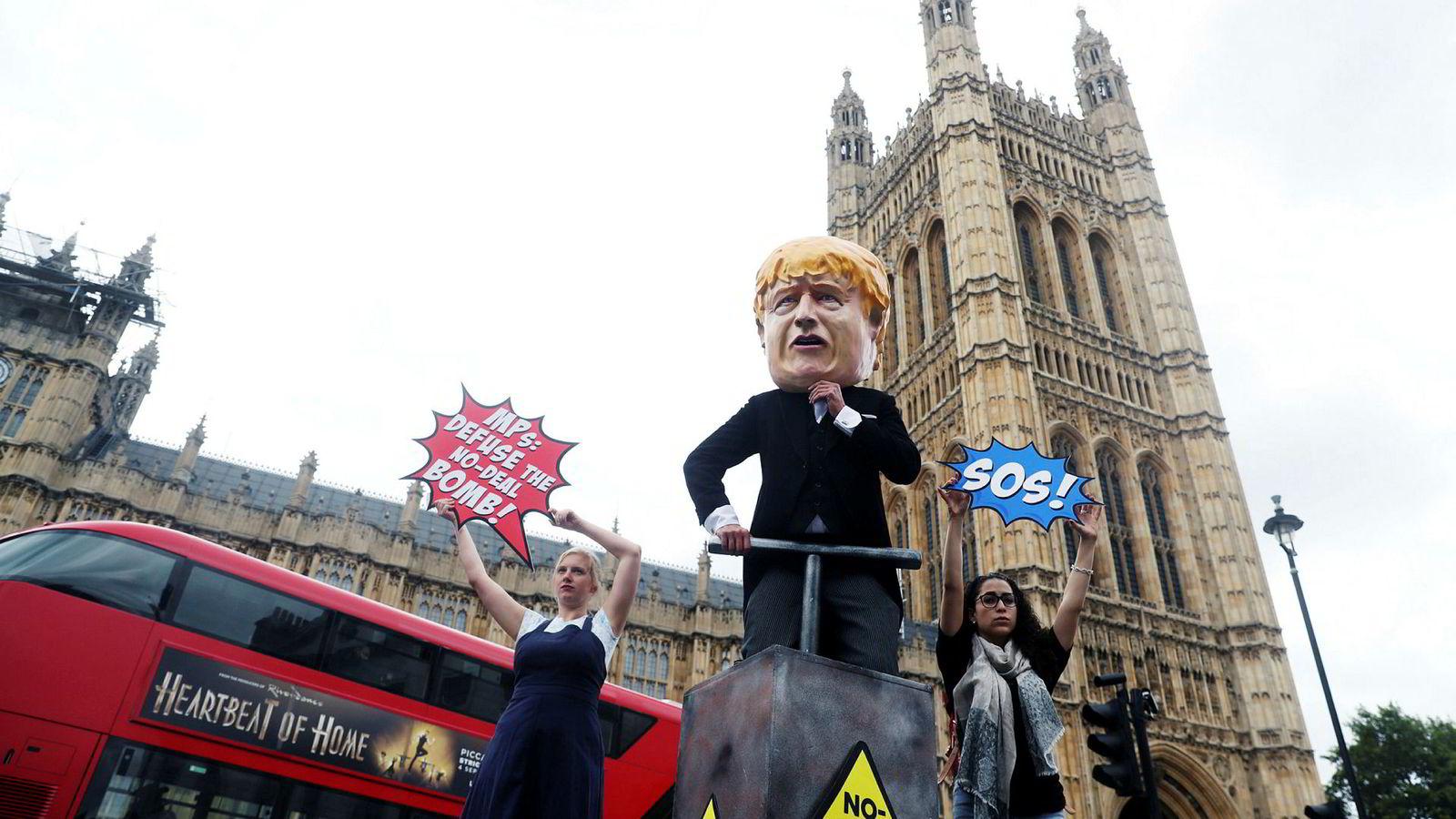 Den britiske regjeringen ekskluderer konservative parlamentsmedlemmer som stemte mot Boris Johnson tirsdag.