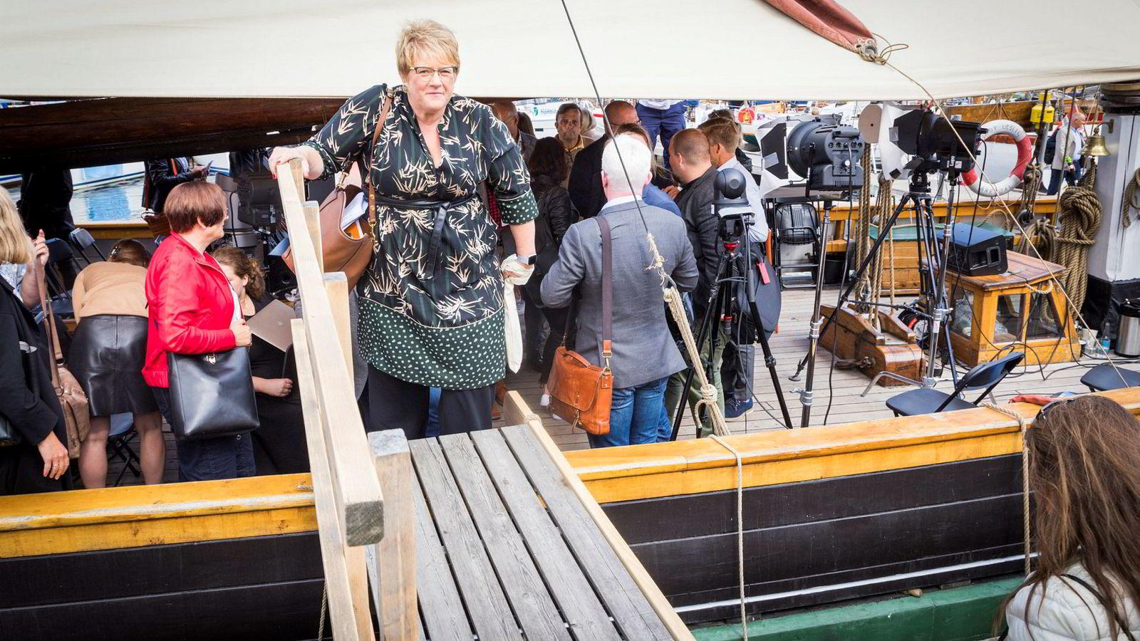 Kulturminister Trine Skei Grande forlater mediebåten etter debatt under Arendalsuka. Nå varsler departementet at det tar sikte på å skrive avtale med TV 2 før utløpet av måneden.