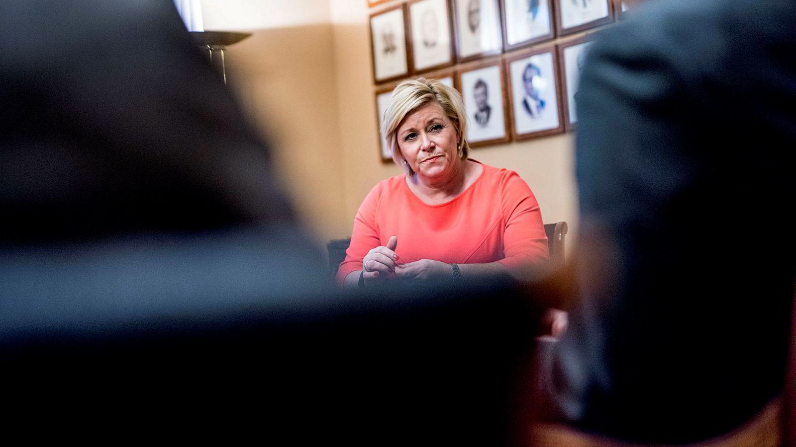 Frp-leder Siv Jensen mener den hyggelige julegaven hun får fra velgerne i DNs desembermåling skyldes fastheten om bilavgiftene i neste års budsjett.