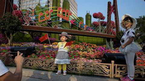 Folkerepublikken Kina feirer 70 år og dette markeres over hele landet med utstillinger. Den amerikanske administrasjonen opptatt med å vurdere hvilke nye økonomiske sanksjoner og straffetiltak de kan innføre mot Kina.