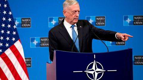 USAs forsvarsminister Jim Mattis går hardt ut mot Putin. Her snakker han under en pressekonferanse i etterkant av et NATO-møte i Brussel 8. juni.