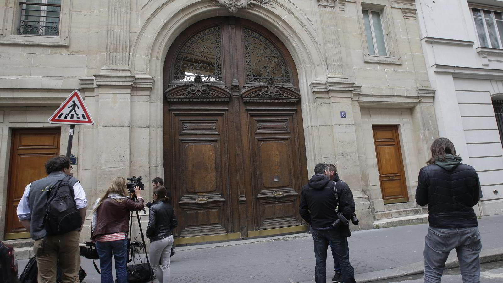 RANSAKES. Journalister venter utenfor Googles Paris-kontor der franske etterforskere tirsdag gjennomfører en ransaking som ledd i en skattesak. 25 dataspesialister og medlemmer av en anti-korrupsjonsenhet deltar i aksjonen. FOTO: Jacky Naegelen / Reuters / NTB scanpix
