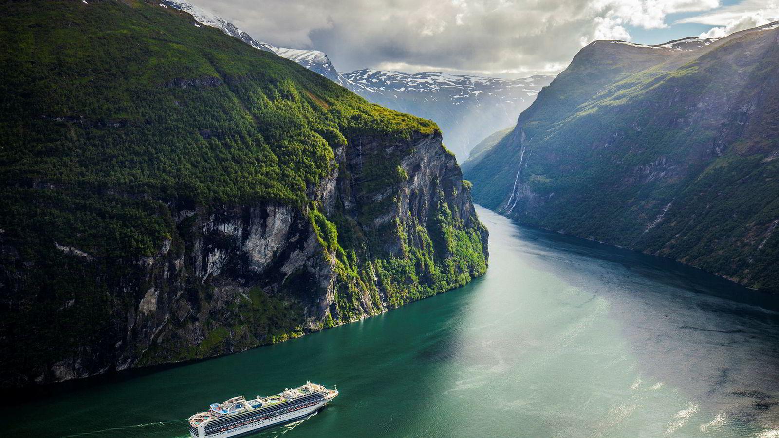 Her er cruiseskipet Sapphire Princess, eid av Princess Cruises, på vei ut Geirangerfjorden i Møre og Romsdal.