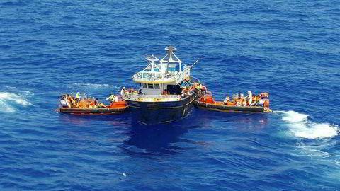 Mannskaper fra Siem Pilot er her i ferd med å redde 176 personer fra en fiskebåt. Totalt reddet skipet nesten 35.000 mennesker fra en mulig våt grav i Middelhavet. Nå er det slutt. Foto: Kripos