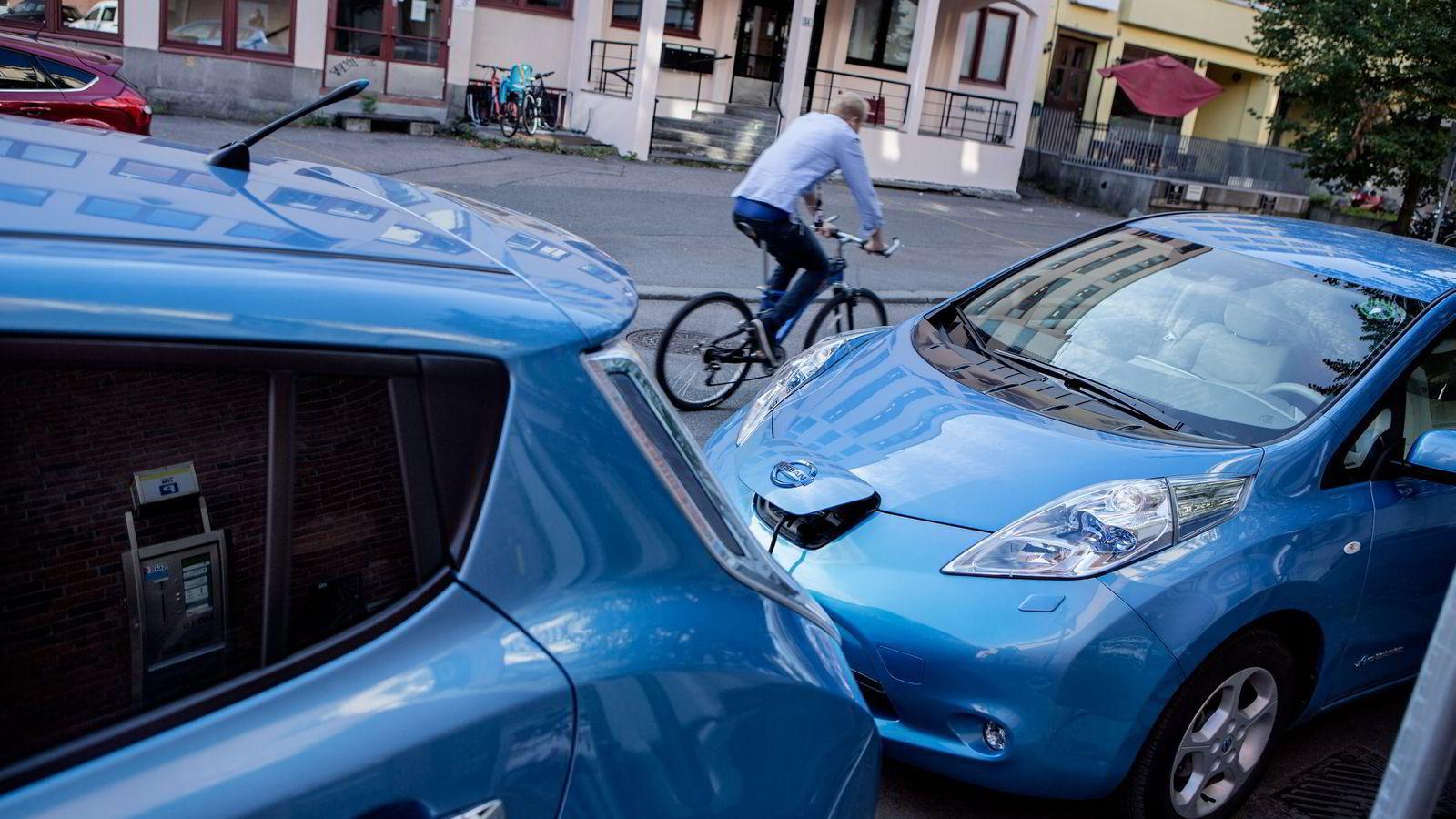 ERSTATTER. Studier viser at elbilen og elkjøringen ofte erstatter bensin, og da vil daglig kjøring i den forurensede byen bidra, lokalt og globalt, skriver artikkelforfatterne. Foto: Fredrik Bjerknes