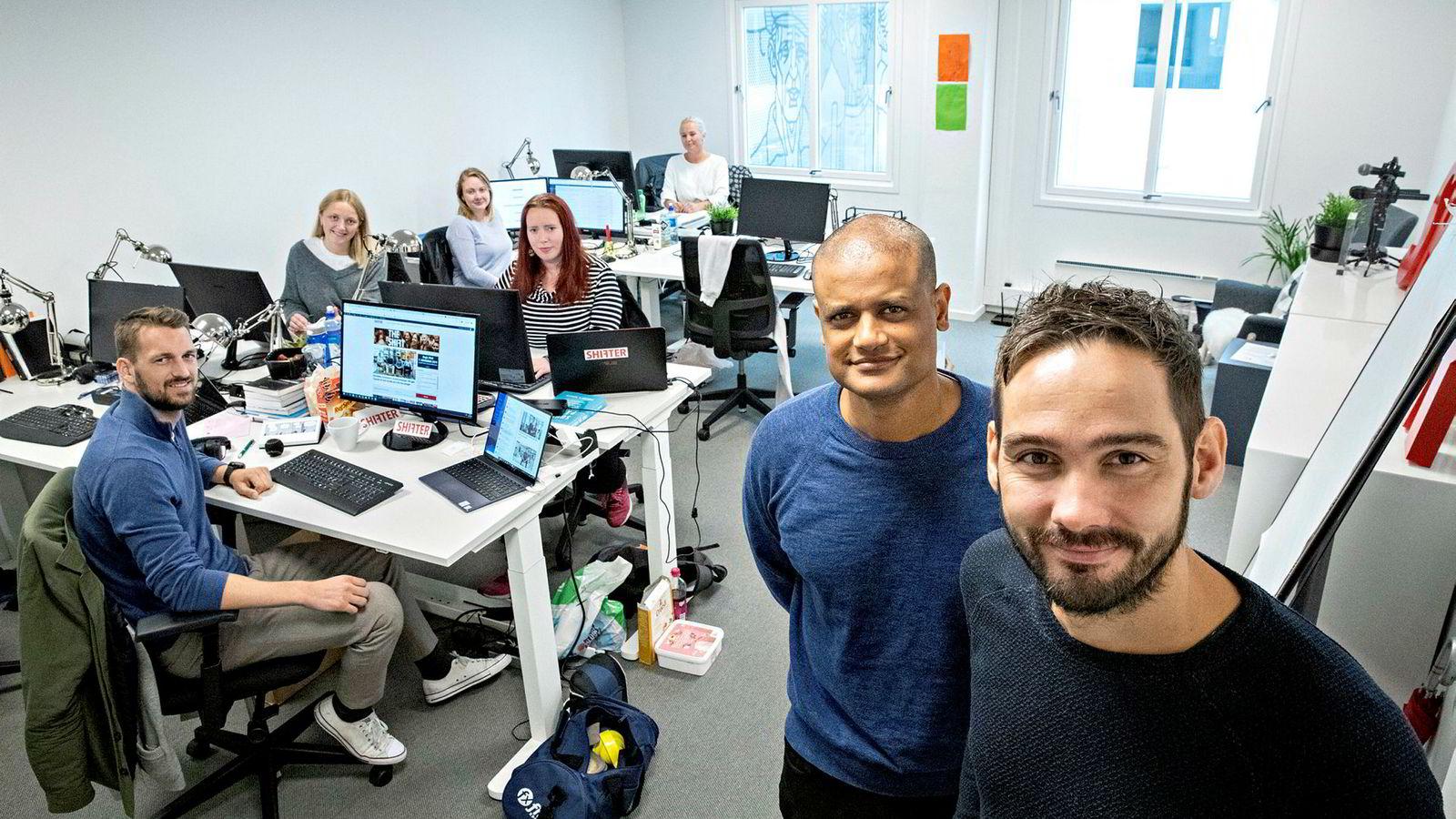 Fra å være kun gründerne Per-Ivar Nikolaisen (til høyre) og Lucas H. Weldeghebriel (foran) har Shifter nå syv ansatte. Fra venstre: Magnus Peter Harnes, Vilde Mebust Erichsen, Kine Ellingsen, Torill Henriksen og Aslaug Ingeborgrud Syvertsen.