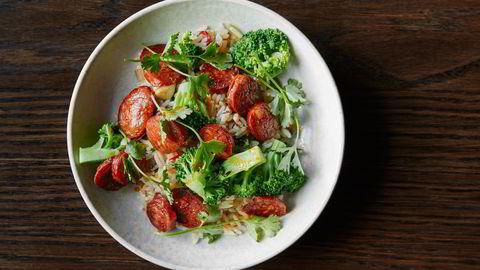 Stekt ris er super restemat. Prøv denne varianten med chorizo og dampet brokkoli. Foto: Tommy Andresen