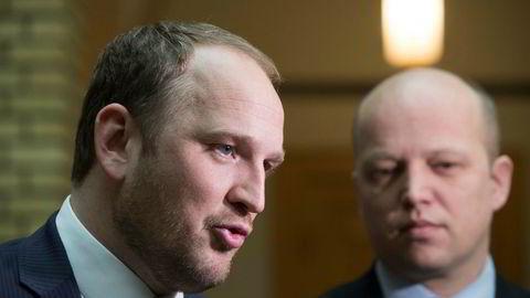 Samferdselsminister Jon Georg Dale (Frp) og Senterpartileder Trygve Slagsvold Vedum etter Stortingets spørretime onsdag.