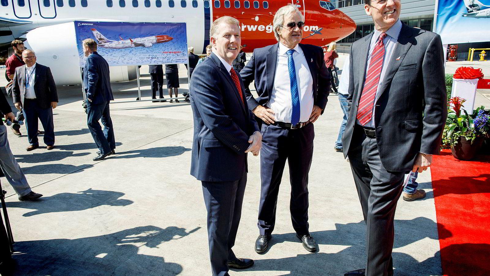 I Seattle fikk Bjørn Kjos (i midten) selskap av Boeings salgsdirektører Monty Oliver (til venstre) og Mark Norris. Norwegian har kjøpt Boeing-fly for over 200 milliarder kroner.