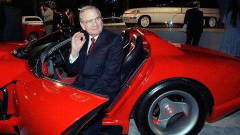 Tidligere toppsjef i både Ford og Chrysler er død. På bildet fra 1990 sitter han i en Dodge Viper sportsbil.