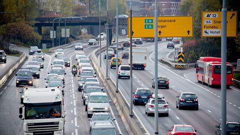 Jeg tror ikke bilkøene på E18 blir særlig mindre, sier forsker Nils Fearnley i Transportøkonomisk institutt (TØI). Foto: