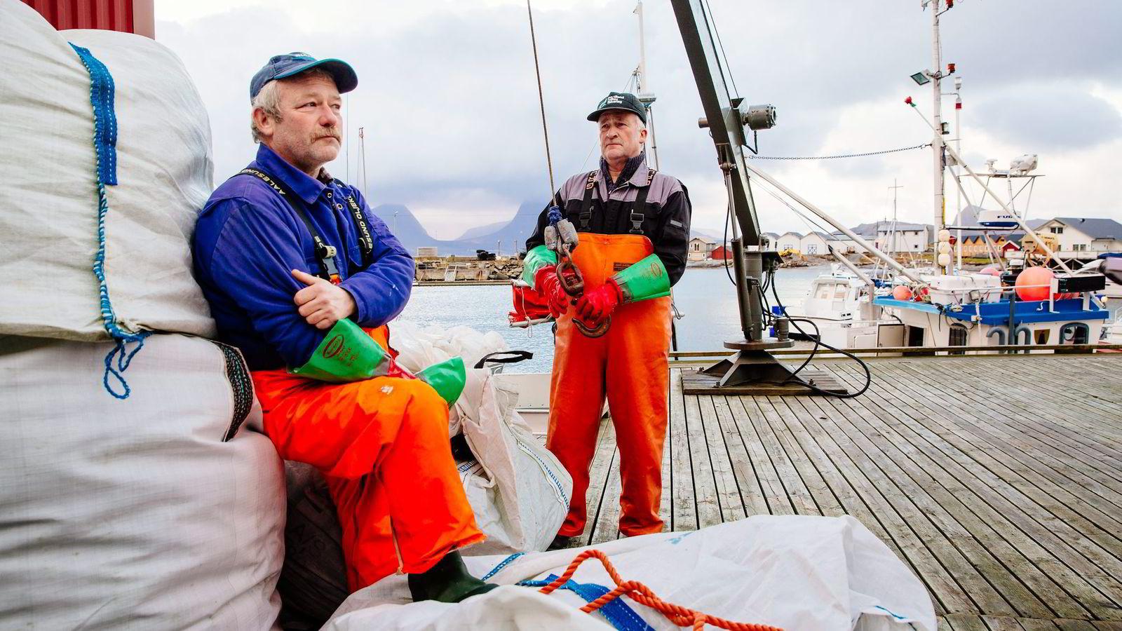 – Det blir mindre på oss fiskere, frykter sjarkfisker Leif Snorre Sarassen (til høyre) på kaia på Indre Kvarøy på Helgeland. Til venstre, Trond Sarassen.
