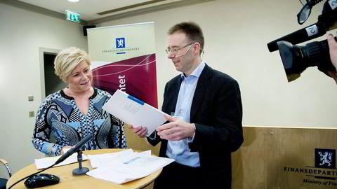Leder Lars-Erik Borge i Grønn skattekommisjon vil kutte taxfreeordningen fordi flere lokkes til å fly. Onsdag kunne han overrekke rapporten til finansminister Siv Jensen. Foto: Elin Høyland