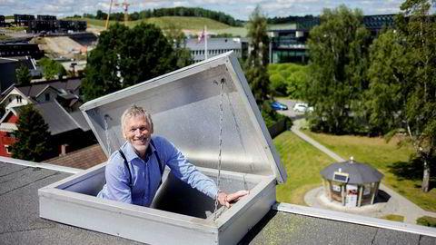 Stiftelsen Basic Internet jobber for å sikre alle fri tilgang til internett. Her er professor Josef Noll med stiftelsens nye «helse-møteplass» i bakgrunnen (t.h.).