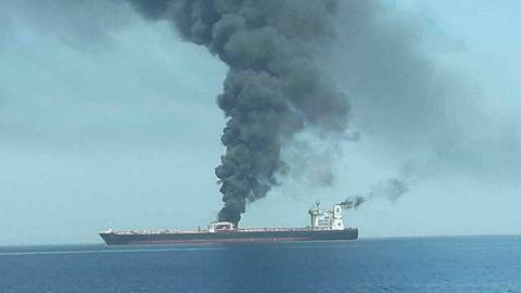 John Fredriksen supertanker «Front Altair» i brann i Omanbukten. Det iranske Nyhetsbyrået IRIB postet dette bildet på Twitter.