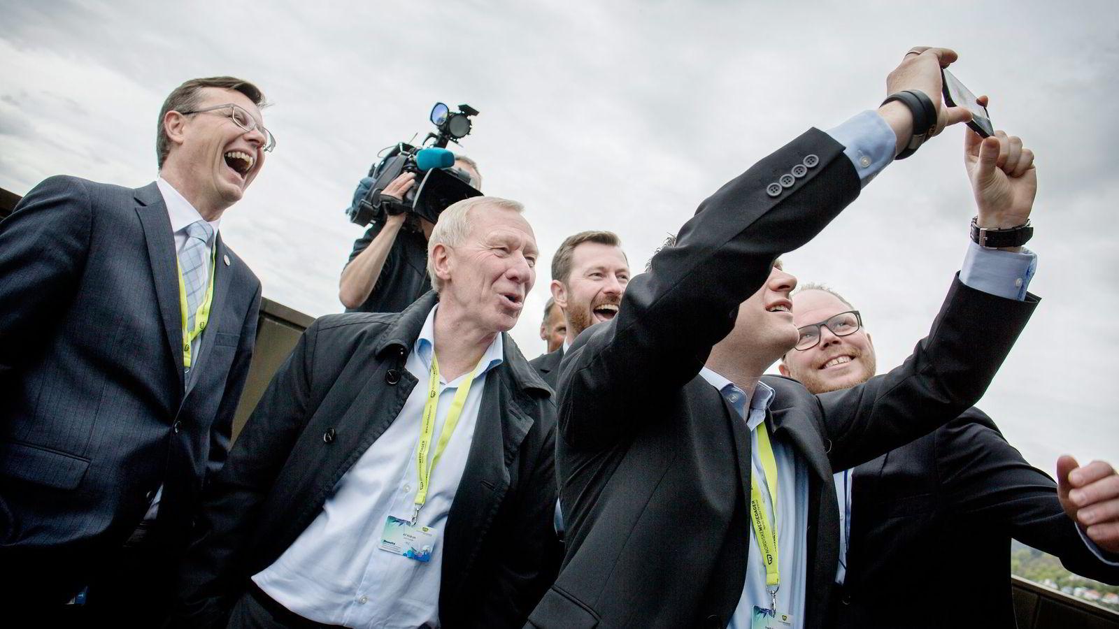 I NYTT MEDIEHUS. UiB-rektor Dag Rune Olsen (fra venstre), TV 2-sjef Alf Hildrum, BA-redaktør Anders Nyland, Vizrt-direktør Fredrik Gunnestad (som tar bilde) og BT-redaktør Gard Steiro er enige om samlokalisering. Foto: