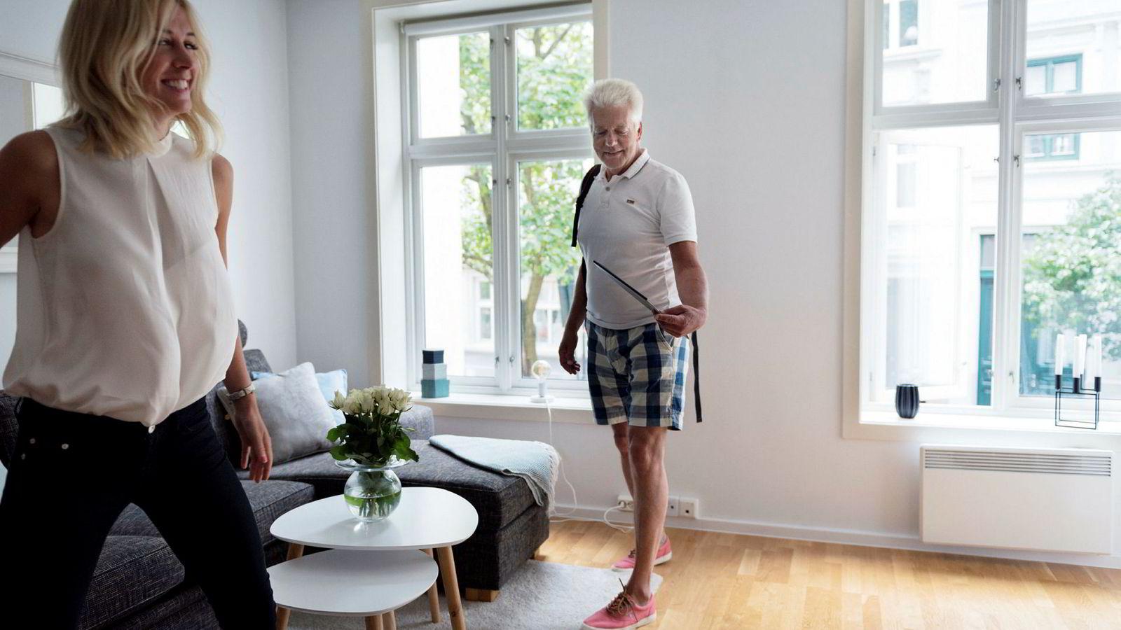 Oddvar Skogseth (58) på visning i Krumgata med eiendomsmegler Lovisa Sigurdsson (31). Mens andre investorer selger unna leiligheter, fortsetter Skogseth å kjøpe.
