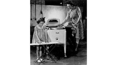 Da vaskemaskinen kom på markedet kunne den selvsagt brukes også av menn, men de praktiske gevinstene var større for kvinnene. Maskinen på bildet ble tilgjengelig i 1941, det er tatt i Evansville, Indiana i USA.