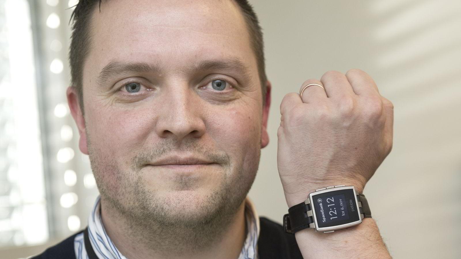 Oslo, 6. november 2014: Mobilbankansvarlig Baard Slaattelid i Sparebank 1 lanserer nettbanktjenester på en smartklokke. Han mener bankene må være forut for kundene med å introdusere banktjenester i nye former.