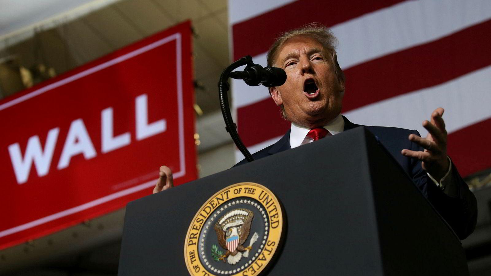 USAs president Donald Trump hadde lagt fra seg silkehanskene da han talte på et folkemøte i El Paso i Texas mandag.
