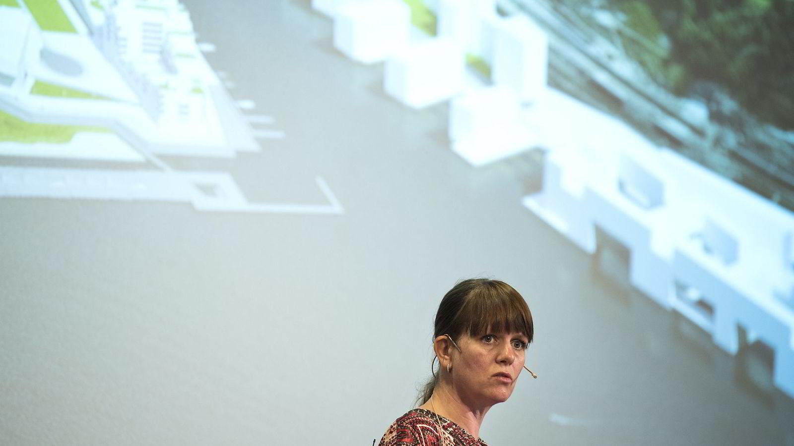 Eva Hagen, administrerende direktør  i Hav Eiendom på Dagens Næringslivs næringseiendomkonferanse tirsdag. Her med en visualisering av antatt volum (ikke arkitektur) for