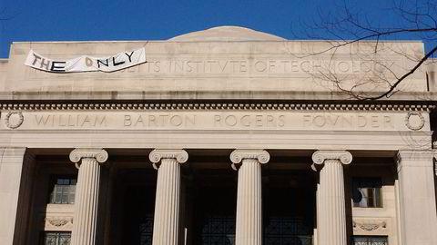 Først hang Caltech-studentene opp «that other» foran «institute of technology»-inskripsjonen på MIT. MIT-studentene gikk raskt til motangrep og byttet ut med et «the only»-banner. Foto: Grant Jordan