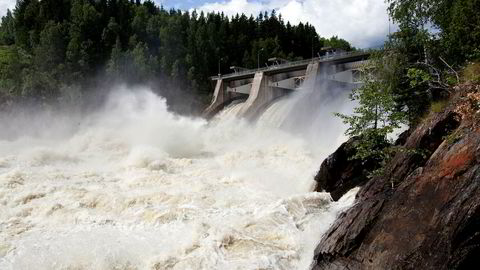 Norsk vannkraft har store behov for investeringer. Disse investeringene kan bare komme gjennom lønnsom drift, sier forfatteren. Her fra Kykkelsrud Fossumfoss mellom Askim og Øyeren.  Foto: Per Thrana