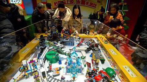 Danske Lego leker med den kinesiske giganten Tencent. Her fra en utstilling i leketøybutikken Hemleys i Beijing. Foto: Mark Schiefelbein/AP/NTB Scanpix