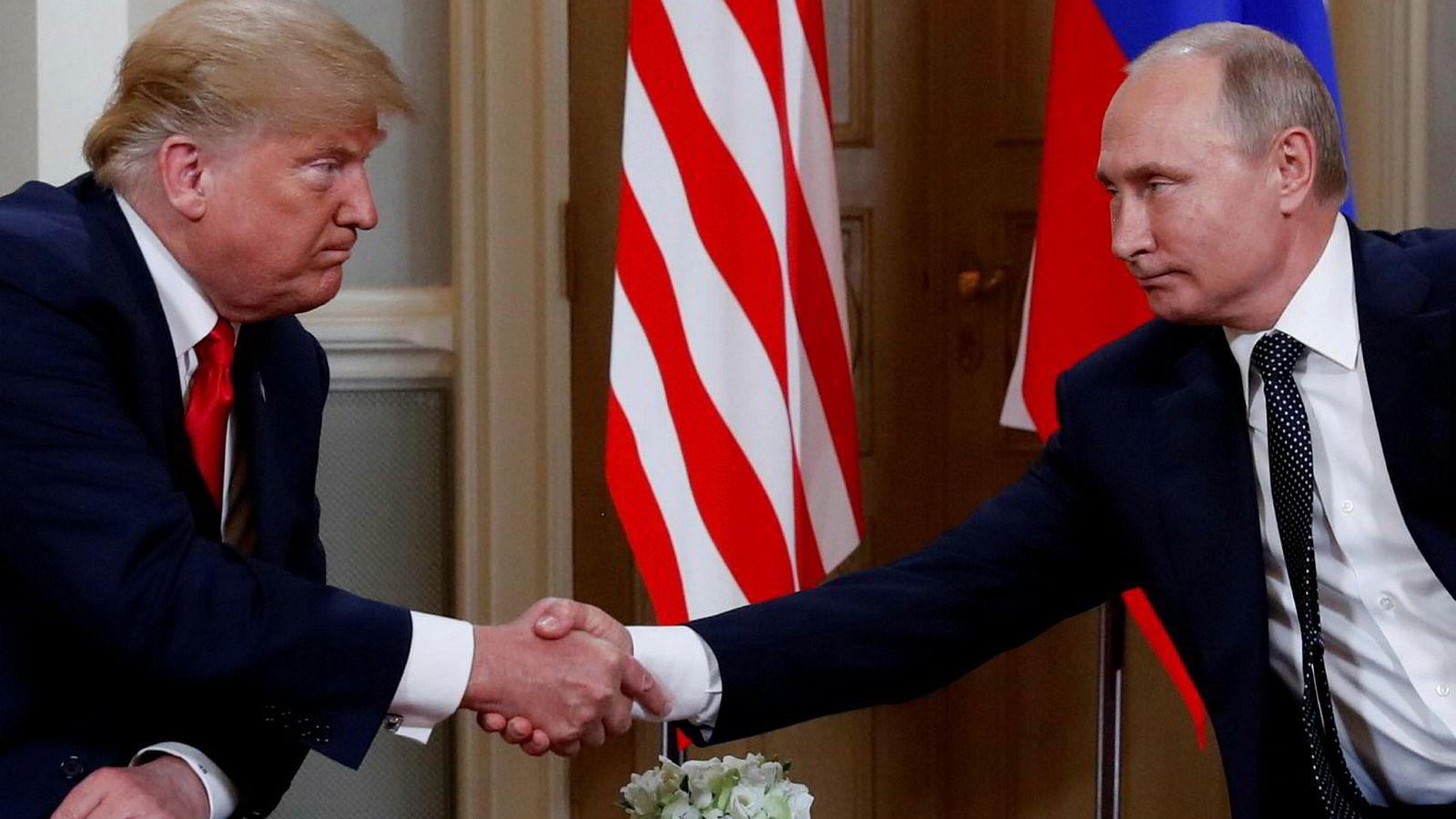 USA-president Donald Trump og Russland-president Vladimir Putin håndhilser da de møttes i Helsinki, Finland, 16. juli 2018.