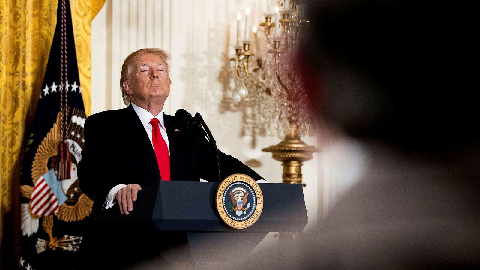 Når Trump-administrasjonen snakker om «fake news» og «alternative fakta», kjenner alle ekte Orwell-fans den svake svovelduften av nytale. Her er presidenten på talerstolen under en pressekonferanse torsdag.