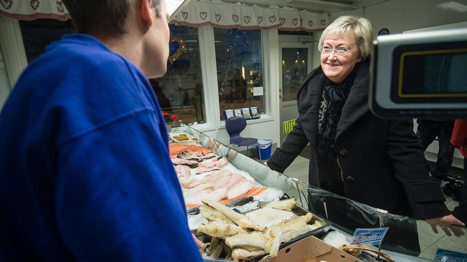 Fiskeriminister Elisabeth Aspaker inspiserer torsk i Tromsø. Idag foreslår hun å fjerne noen av de eldste reglene i fiskerinæringen.