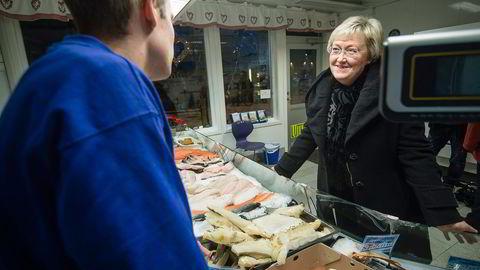 Fiskeriminister Elisabeth Aspaker inspiserer torsk i Tromsø. Idag foreslår hun å fjerne noen av de eldste reglene i fiskerinæringen. Foto: Lars Åke Andersen
